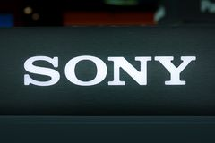 索尼电子演示显示商标特写镜头由后照的商店Photogr 免版税库存图片