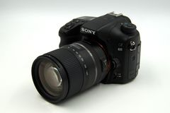 索尼阿尔法68, A68,照片照相机结尾Tamron 16-300mm宏观透镜 库存照片