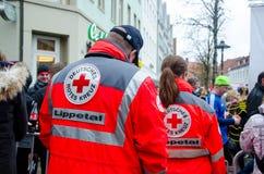 索斯特,德国- 2018年12月31日:在巡逻德语的德国红十字会卫生部队:Deutsches Rotes Kreuz,Sanitätsdienst 图库摄影