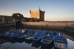 索维拉口岸在摩洛哥 索维拉蓝色渔船  免版税库存图片