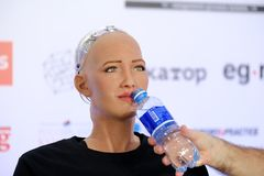 索菲娅有人的特点的机器人在Open在Skolokovo technopark的创新会议 图库摄影