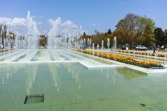 索非亚,保加利亚- 2018年4月14日:在全国劳动人民文化宫前面的喷泉在索非亚 库存图片