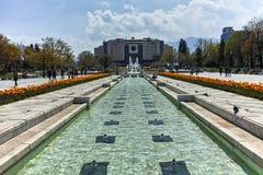 索非亚,保加利亚- 2018年4月14日:在全国劳动人民文化宫前面的喷泉在索非亚 库存照片