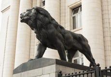 索非亚,保加利亚- 2017年10月09日:在大厦附近的狮子雕塑 免版税库存图片