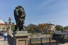 索非亚,保加利亚- 2018年4月13日:在狮子` s桥梁的狮子雕塑在Vladaya河,索非亚 免版税库存照片