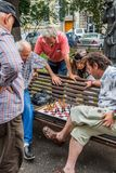 索非亚,保加利亚- 2017年7月15日:未认出的人在国家戏院庭院下棋 免版税库存图片