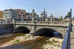 索非亚,保加利亚- 2018年4月13日:狮子在Vladaya河,索非亚的` s桥梁全景  免版税图库摄影