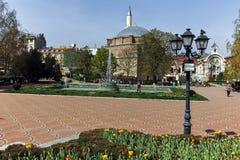 索非亚,保加利亚- 2018年4月13日:Banya Bashi清真寺和庭院中央巴恩在索非亚 免版税库存图片