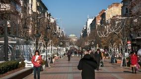 索非亚,保加利亚- 2016年12月20日:Vitosha大道的走的人在市索非亚 库存图片