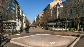 索非亚,保加利亚- 2016年12月20日:Vitosha大道的走的人在市索非亚 免版税库存图片