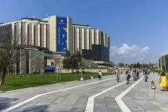 索非亚,保加利亚- 20F 4月14,在全国劳动人民文化宫前面的走的人在索非亚 图库摄影