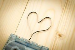 紧凑卡式磁带由影片做心脏里面 音乐爱情歌曲的,企业概念图象用途 免版税图库摄影