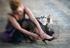 紧固她的鞋子 免版税库存照片