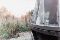 紧固高压塔螺栓对底下森林 免版税库存照片