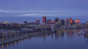 紧密反射在密西西比和日落4K UHD Timelapse的充满活力的颜色的圣保罗的地平线 影视素材