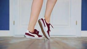 紧密女孩的腿 在运动鞋的腿在屋子里跳舞 股票录像