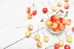 紧密更加多雨的黄色樱桃,生气勃勃吃食物点心 库存照片