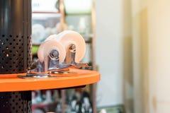 紧密许多大小和五颜六色工业存贮的铸工轮子在与拷贝空间的架子 免版税库存照片