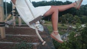紧密,年轻女人摇摆的腿在摇摆的在自然,慢动作 股票录像