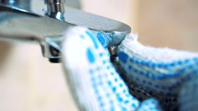 紧密-手套的手水管工设置充气器 股票录像