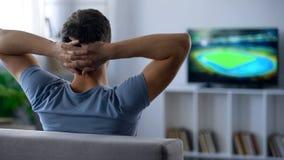 紧张地观看半决赛,前半,后面看法的结尾的热心足球迷 免版税库存图片