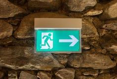 紧急出口绿色符号 免版税库存照片
