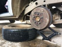 紧急改变的卡车备用轮胎 免版税库存图片