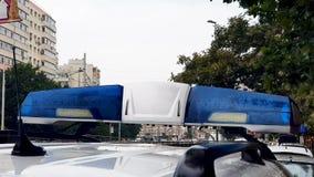 紧急警察在雨天朝向光 股票录像