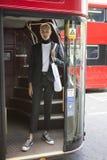 紧的摆在伦敦时尚星期期间的短裤和夹克的美丽和时髦的短发白肤金发的人 外面 库存照片