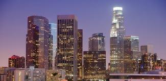 紧的看法最高的大厦街市洛杉矶加利福尼亚 免版税库存照片