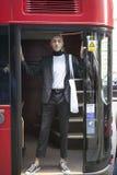 紧的短裤和夹克的短发白肤金发的人 免版税图库摄影