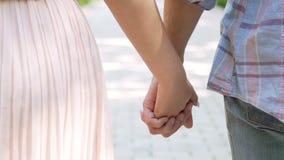 紧紧握手的男人和妇女,一起面对挑战的浪漫夫妇 股票录像