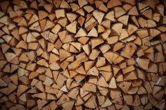 紧紧被包装的切好的桦树和杉木日志的柴堆末端 免版税库存图片