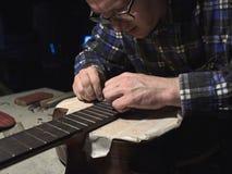 紧跟在吉他后面的设施苦恼 免版税库存图片
