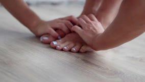 紧身连衣裤的运动的白种人白肤金发的妇女做着弯下来舒展锻炼 影视素材