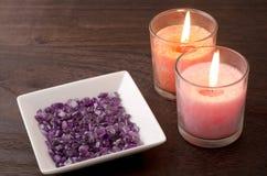 紫晶和二个蜡烛 免版税库存图片