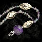 紫晶成串珠状荧石项链 免版税库存图片