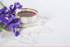 紫罗兰使xiphium球茎虹膜,与茶的sibirica现虹彩在白色背景的与文本的空间 顶视图,平 Holid 免版税库存照片