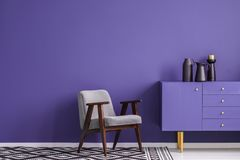 紫罗兰色客厅内部 库存照片