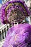 紫罗兰色服装的人在威尼斯狂欢节2018年 免版税库存照片