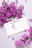 紫罗兰色淡紫色花和空标识符 库存照片