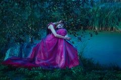紫罗兰色礼服的矮子妇女 库存照片
