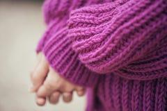 紫罗兰色编织羊毛衫,细节 库存照片