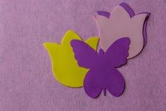紫罗兰色蝴蝶和黄色花由软的材料制成在玫瑰色背景 图库摄影
