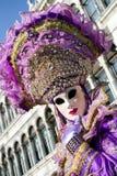 紫罗兰色面具的妇女在威尼斯狂欢节2018年 免版税库存照片