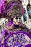紫罗兰色面具的妇女在威尼斯狂欢节2018年 免版税库存图片