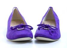 紫罗兰色2双s夫人的鞋子 库存图片