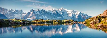 紫胶Blanc湖的五颜六色的夏天全景有勃朗峰的 免版税库存照片