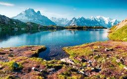 紫胶Blanc湖的五颜六色的夏天视图有勃朗峰的Mont 免版税库存图片