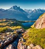 紫胶Blanc湖的五颜六色的夏天视图有勃朗峰的Mont 库存照片